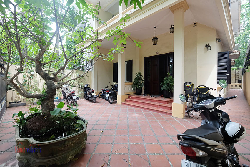 Big courtyard & furnished house in the heart of Tay Ho to rent 1