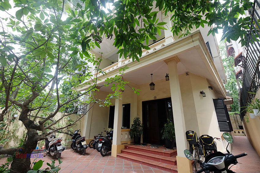 Big courtyard & furnished house in the heart of Tay Ho to rent 2