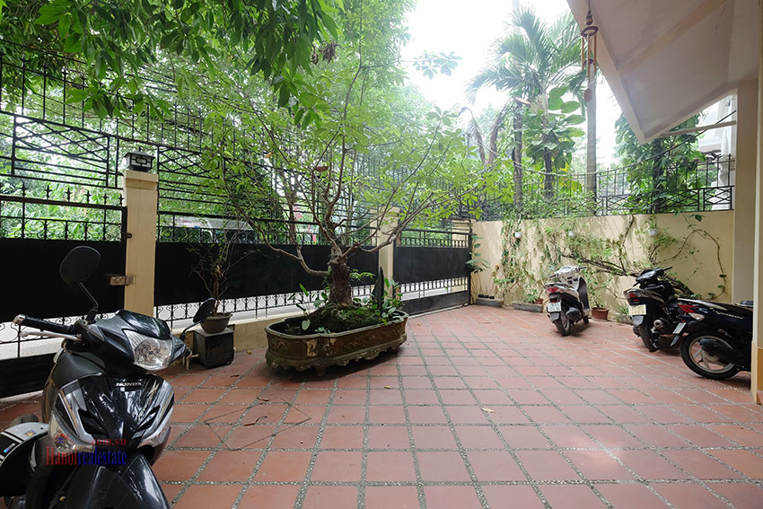 Big courtyard & furnished house in the heart of Tay Ho to rent 3