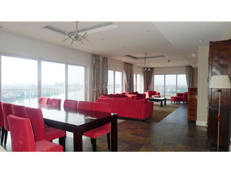 Big Lakeview Flat at Golden West Lake with large living room and balcony