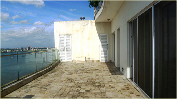 Big Lakeview Flat at Golden West Lake with large living room and balcony 11