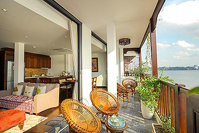 High floor lake view 2-bedroom apartment in Yen Phu village