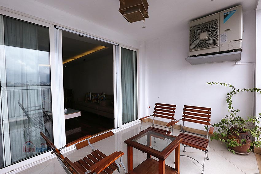 Lake view spacious 04 bedroom apartment in Xuan Dieu, Tay Ho 5