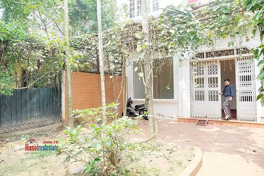 Nice garden, 04BRs house on Dang Thai Mai, partly furnished 1
