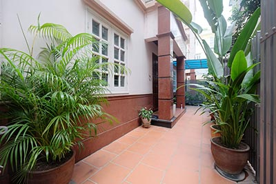 Partly furnished house with front courtyard in Tay Ho to rent