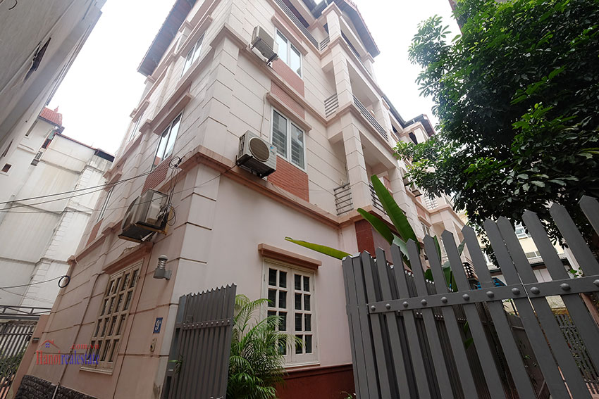 Partly furnished house with front courtyard in Tay Ho to rent 1