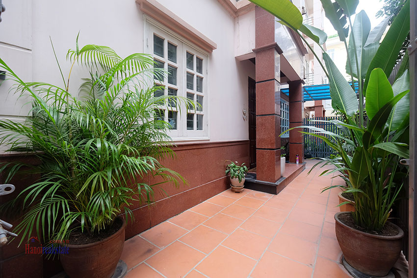 Partly furnished house with front courtyard in Tay Ho to rent 2