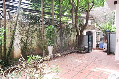 Private garden, 02BRs apartment to rent in Tay Ho, communal swimming pool