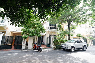 Renovated 05BRs house in D block Ciputra, short walk to UNIS