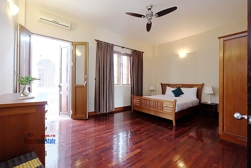 Serviced 2 bedroom apartment to let in Hoan Kiem with balcony 10