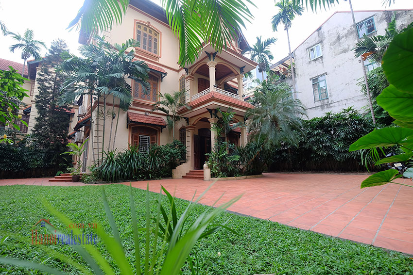 Spacious garden unfurnished villa in the heart of Tay Ho to rent 1