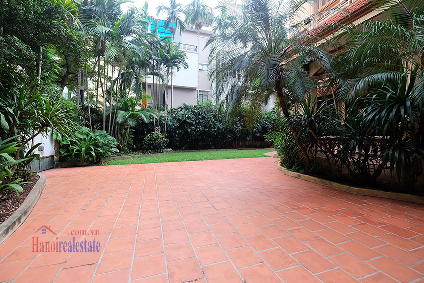 Spacious garden unfurnished villa in the heart of Tay Ho to rent 2
