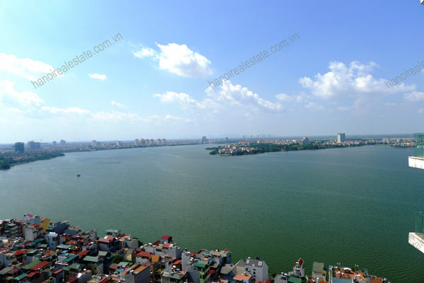 Spacious penthouse facing West Lake, large living room, modern Furnished 17