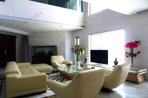 Spacious penthouse facing West Lake, large living room, modern Furnished 4