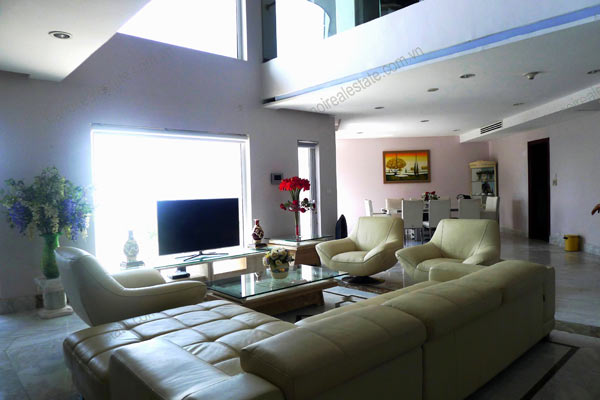 Spacious penthouse facing West Lake, large living room, modern Furnished 7