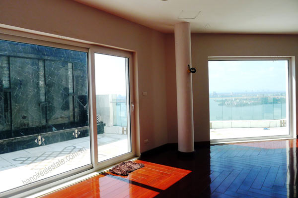 Spacious penthouse facing West Lake, large living room, modern Furnished 14