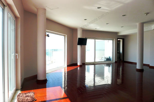 Spacious penthouse facing West Lake, large living room, modern Furnished 15