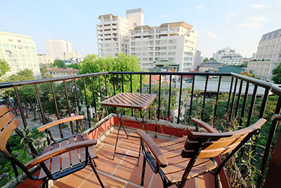 Top floor 2-bedroom apartment with balcony on Ly Thuong Kiet street