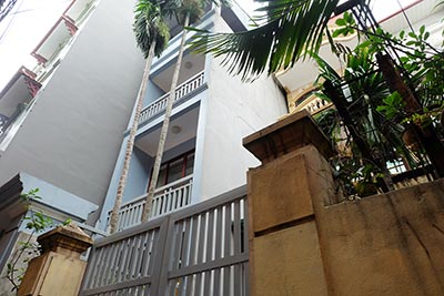 Well-kept house with courtyard & furnished in Nghi Tam village, Tay Ho
