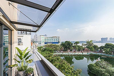 Westlake 02 bedroom apartment on Yen Hoa Road embracing extremely great Westlake view from high floor
